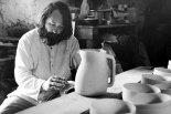Jean Payen au ponçage dans son atelier à Gordes en 1976.