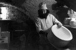 Jean Payen examinant un moule dans son atelier à Gordes en 1976.