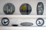 Ensemble de plats décorés des années 50 ou tout début 60, dans la salle d'exposition de Gordes.
