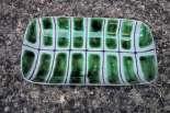 Petit plat rectangulaire décoré et incisé, émail blanc et vert sur engobe, c. 1960.