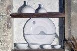 Vases figues, grand plat décoré, coupelles sphériques, Gordes, c. 1980.