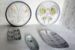 Ensemble de plats décorés des années 50 dans la salle d'exposition de Gordes.