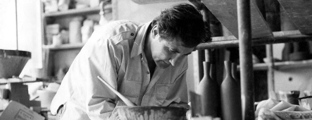 Le céramiste Jean Payen dans son atelier parisien au début des années 1960.